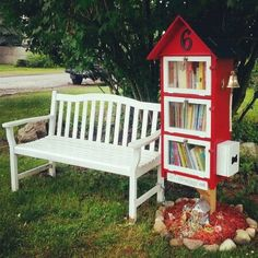 Love the size of this little free library and that there's a bench next to it.