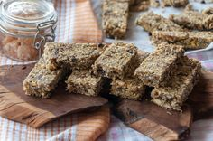 Nuts and Oats bars by Greek chef Akis Petretzikis. Make the most energizing, nutritious, super delicious energy bars with this recipe that is packed with nuts! Muesli Bars, Oat Bars, Oatmeal Bars, Fun Desserts, Delicious Desserts, Nutrition Chart, Processed Sugar, Raw Food Recipes, Gourmet
