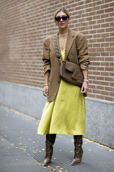 Attendees at Milan Fashion Week Spring 2020 - Street Fashion Tokyo Street Fashion, Fashion 2020, 90s Fashion, Milan Fashion, Fashion Weeks, Style Fashion, Look Street Style, Street Style Trends, Spring Street Style