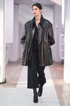 Lemaire Fall 2019 Ready-to-Wear Fashion Show Collection: See the complete Lemaire Fall 2019 Ready-to-Wear collection. Look 40 All Black Outfits For Women, All Black Fashion, Clothes For Women, Fashion Top, Womens Fashion, Paris Fashion, Runway Fashion, Fashion Outfits, Woman Outfits