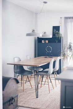 Make your own DIY dining table with hairpin legs - build your own furniture - DIY idea - Make your own DIY dining table with hairpin legs – build DIY furniture – DIY tutorial on creati - Recycled Decor, Recycled Furniture, Diy Interior, Diy Dining Room Table, Diy Table, Dining Furniture, Diy Tisch, Diy Furniture Building, Idee Diy