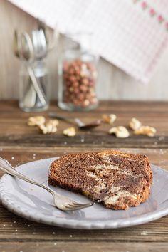 Nuss-Nutella-Kuchen mit Haselnüssen, Walnüssen, Nutella und Schokolade. Schnell & einfach zusammengerührt. Sehr saftig - mit Öl & Schmand.