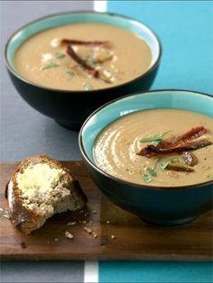 Recette soupe de chataignes au lard croustillant : Dans une casserole, faites cuire les châtaignes avec les feuilles de laurier, en les recouvrant d'eau à...