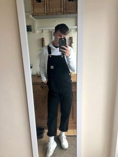 guy into overalls. A place to share pictures of nice young men in overalls - favorite pics from all over the interwebz! Black Overalls Outfit, Overalls Fashion, Fashion Outfits, Men's Dungarees, Dungarees Outfits, Bib Overalls, Salopette Carhartt, Stylish Mens Outfits, Casual Outfits