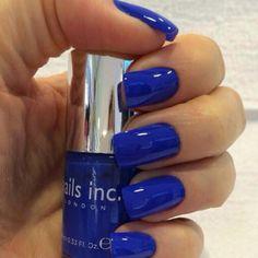 Diseño de uñas en azul eléctrico...sencillo y hermoso