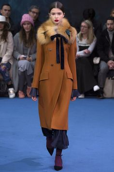 The complete Roksanda Fall 2016 Ready-to-Wear fashion show now on Vogue Runway. Fall Fashion 2016, Fur Fashion, Fashion Week, Couture Fashion, Autumn Winter Fashion, Love Fashion, Runway Fashion, Fashion Show, Fashion Trends