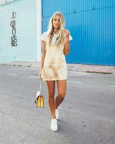 Slip dress, sobreposição, tênis branco
