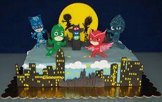 Una bella torta Pj Masks deve avere per protagonisti i tre piccoli supereroi Gattoboy, Gufetta e Geco in pasta di zucchero!