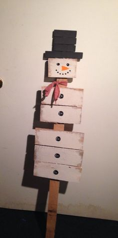 Wooden Pallet DIY Wooden pallet snowman Ideas with the welcome sign hanging at the entry door of your home will be another wise decision you can go for. Pallet snowman with hook varieties can be dangle on the wall to provide a safe home to your keys. Pallet Christmas, Primitive Christmas, Rustic Christmas, Christmas Projects, Christmas Time, Primitive Snowmen, Primitive Crafts, Christmas Signs, Christmas Christmas
