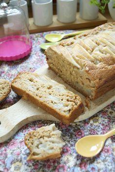 Gâteau de base vegan type gâteau au yaourt| Green Cuisine comme le #gâteauauyaourt, à customiser et adapter à l'infini. Simplissime, express, et avec des ingrédients du placard. Pour 1 petit gâteau 200 g T80 60 g sucre blond de canne ou complet (en version peu sucrée et avec des fruits – à adapter jusqu'à 80 g selon vos goûts) + un peu pour saupoudrer 1,5 càc poudre à lever 1/2 càc bicarbonate 250 g purée de pomme 20 g huile d'olive 1 càs vanille liquide 1 càc vinaigre de cidre 2 poires