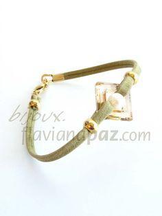 Pulsera piel plana (verde), Swarovski® Square (color Crystal Golden Shadow) con perla natural engarzada en medio, piezas metálicas doradas, cierre metálico