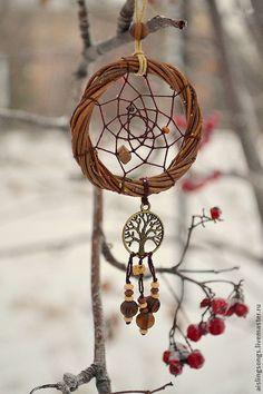 Beautiful Tree of Life wintertime dreamcatcher. Small Dream Catcher, Dream Catcher Boho, Dream Catchers, D N Angel, Sun Catchers, Crochet Dreamcatcher, Dream Catcher Necklace, String Crafts, Winter Love