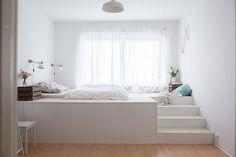 Ein Podest fürs Kinderzimmer mit eingelassenem Bett. Hier zwar in einem Schlafzimmer, aber das funktioniert auch für Kinder.