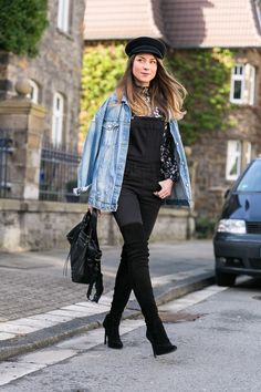 jeansjacke latzhose overknee stiefel kombinieren outfit dungarees street style mütze fashion blog