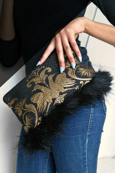Clutch a pretty purse and get first and second looks. Made with repurposed fabric that used to be a dress. Fabric Handbags, Fabric Purses, Tote Handbags, Diy Sewing Projects, Sewing Tutorials, Diy Handbag, Appetisers, Classic Outfits, Luxury Bags