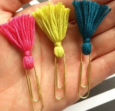 This article is not available - Tassel paper clip Filofax-Planner-Clip small from PlannerMania - Diy And Crafts, Crafts For Kids, Arts And Crafts, Paper Crafts, Diy Paper, Paper Clips Diy, Easy Crafts, Paper Poms, Geek Crafts