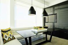 Elegante diseño de la mano de Amanda Hamilton para una amplia cocina con isla central y coqueta zona de office