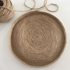 This is a DIY for which I had my doubts. Make a basket that keeps . - This is a DIY for which I had my doubts. How can you make a standing basket with rope and glue? Sisal, Jute Crafts, Diy Crafts, Diy Pouf, Rope Basket, Boho Diy, Diy Crochet, How To Make, Apartment Therapy