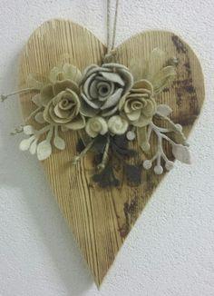 Cuori e fiori per la festa della donna... Recupero di vecchie assi di legno e rose di feltro!! Info: sirjoecreative@gmail.com