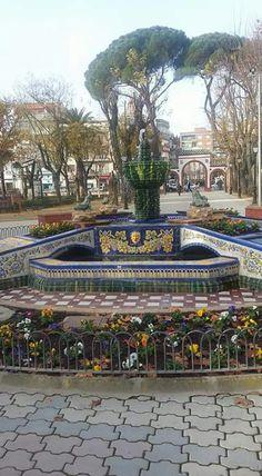 Fuente de las ranas y al fondo los arcos de entrada a los jardines del Prado. Talavera de la Reina. Prado, Marry Me, Spanish, Mansions, House Styles, Decor, Garden Entrance, Frogs, Fonts