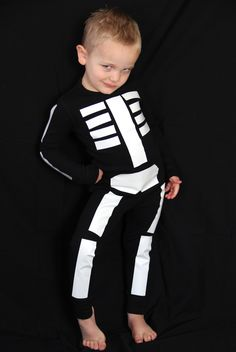 51 DIY Halloween costumes to make for yourself or your kids this year! DIY Halloween costumes are so much more fun than buying one in. Costume Halloween, Diy Halloween Costumes For Kids, Halloween Crafts, Holidays Halloween, Halloween Party, Diy Skeleton Costume, Halloween Makeup, Halloween Halloween, Vintage Halloween
