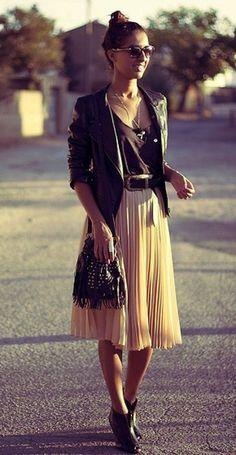 Styling midi skirts: How to combine the trendy skirts 2019 - Frühlings- und Sommeroutfits - Modetrends Look Fashion, Skirt Fashion, Fashion Beauty, Street Fashion, Fall Fashion, Net Fashion, Edgy Chic Fashion, Luxury Fashion, Feminine Fashion