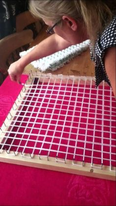 Design Discover How to Make a Pom pom blanket frame. How to make a pom pom loom board frame. Loom Knitting Projects, Loom Knitting Patterns, Yarn Projects, Knitting Ideas, Simple Knitting, Afghan Patterns, Crochet Patterns, Pom Pom Crafts, Yarn Crafts