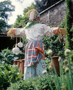 be2888-scarecrow-in-garden.jpg 489×600 pixels