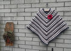 I would love to find a pattern for this. Crochet Baby Poncho, Love Crochet, Crochet For Kids, Crochet Shawl, Diy Crochet, Baby Patterns, Crochet Patterns, Diy Baby Gifts, Crochet Slippers