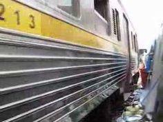タイ メークロン駅 Train runs through Maeklong market - http://www.youtube.com/watch?v=uuYVV3-00Qw