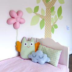 Vrolijke meisjeskamer! Kussens van Ellis Kids, Zu en Bibelotte. Lamp van Ikea en peuterbedje van Timzowood. De muursticker (boom) is een eigen ontwerp.