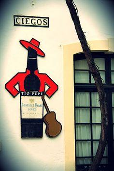 Tío Pepe, una de las figuras más conocidas del mundo publicitario español formada por una botella de vino fino con sombrero y chaquetilla de color rojo.