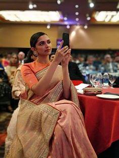 Deepika Padukone being a stunner in a saree at the HT Style Awards! Bollywood Saree, Bollywood Fashion, Sabyasachi Sarees, Banarsi Saree, Indian Sarees, Saree Blouse Patterns, Saree Blouse Designs, Saris, Indian Dresses