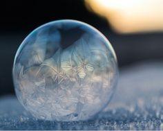Breathtaking Frozen Bubbles Look Like Elegant Glass Ornaments - Photography Frozen bubbles / Winterwonderland / Gefrorene Kunst Frozen Bubbles, Soap Bubbles, Ice Bubble, Bubble Magic, Fotografia Macro, Ice Crystals, Blowing Bubbles, Jolie Photo, Crystal Ball