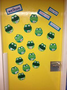 """Welkom op de eerste schooldag. Dit schooljaar wordt het jaar van de """"Coole kikkers"""" Frog Theme, Easy Crafts For Kids, Classroom Decor, Back To School, Teaching, September, Cool Stuff, Frogs, Studying"""