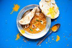 Intialainen ruoka on yksi ikisuosikeistani. Mikään ei lämmitä niin kuin tomaattinen, tuhdisti maustettu soossi, johon saa dippailla uunituor...