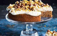 Mehevä palsternakkakakku kuorrutetaan tuorejuustolla kauniiksi kahvipöydän keskipisteeksi. Leivo näyttävä kakku ja hurmaa vieraat!