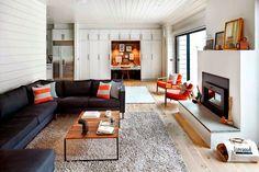 Keltainen talo rannalla: Modernia, valkoista ja väriä