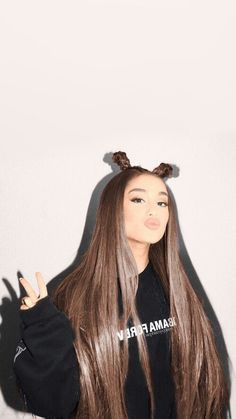 Ariana Grande has always been in the limelight because of her iconic hairstyles. Keep reading to learn how to recreate Ariana Grande's top hairstyles. Ariana Grande Images, Ariana Grande Outfits, Ariana Grande Fotos, Cabello Ariana Grande, Ariana Grande 2018, Ariana Grande Hair Color, Ariana Grande Hairstyles, Ariana Grande Cute, Ariana Grande Nails
