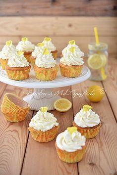Zitronen- Cupcakes mit Zitronen- Mascarpone- Creme. Die Cupcakes sind lecker, saftig, nicht zu süß und herrlich zitronig.