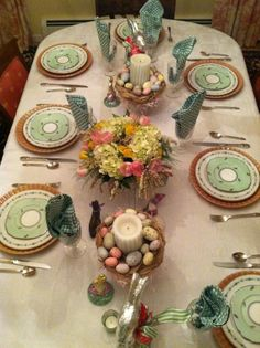 DIY Easter table decor ideas, Easter table decor inspiration, Easter decoration ideas  #Easter #ideas #holiday www.loveitsomuch.com