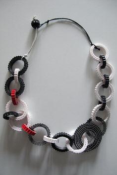 Collana OPTIC: 21 elementi, cartone ondulato bianco, nero e rosso tagliato a mano, filo di cotone cerato, colla vinilica, chiusura senza metallo