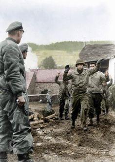 1932년 뉴욕(New York)의 사령부(HQ) 앞에 서있는 두명의 미국인 나치당원(NSDAP man). M1942 철...