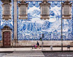 enorme painel de azulejos, da Igreja do Carmo