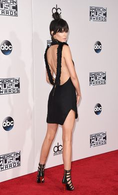 Vestido de Kendall Jenner no American Music Awards 2015 | Kendall's black backless look for the AMA's 2015