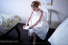 Bruidsmeisje doet haar mooie schoenen aan. Bob-photos.com