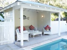 If you are a happy owner of a pool, build a deck or a pool cabana to spend time even better by the pool. What's the advantage of a cabana or pergola? Backyard Cabana, Pool Gazebo, Pool Shed, Hot Tub Backyard, Small Backyard Pools, Backyard Pool Landscaping, Pool Cabana, Swimming Pools Backyard, Pergola Patio