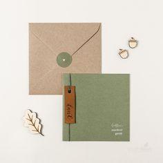 Minimalistisch #geboortekaartje voor een jongen met leren label. Bekijk onze gehele collectie op www.studiokuuk.nl! | kalligrafie | leren labeltje | leer | mosgroen | stoer | simpel | origineel | hout | kraft envelop #studiokuuk.nl