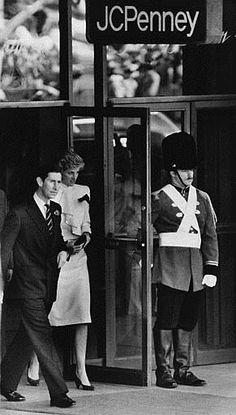 1985-11-11 Diana and Charles leave the JC Penney Department Store in Springfield, Virginia, after their visit