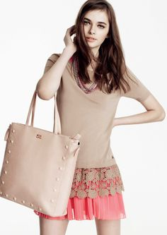 SCEE by TWIN-SET: Short-sleeved jersey with macramé, pleated creponne skirt with bow belt, necklace with chain and shopping bag with clutch closure and studs